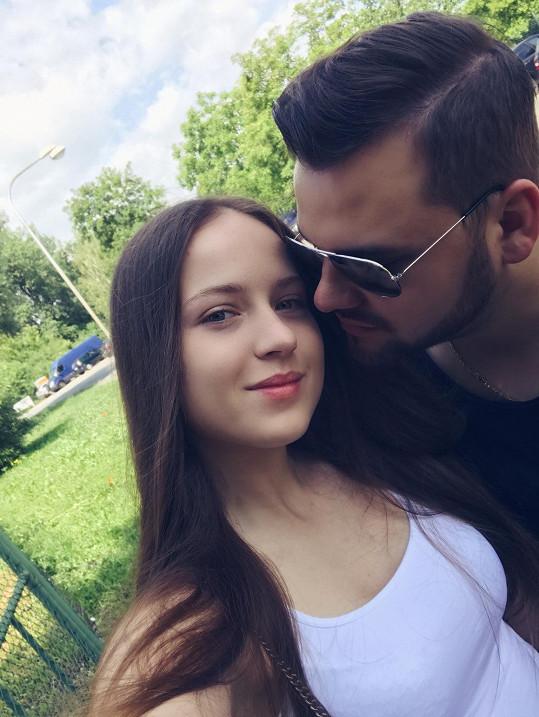 Simona se za Ezym přestěhovala ze Slovenska na Moravu.