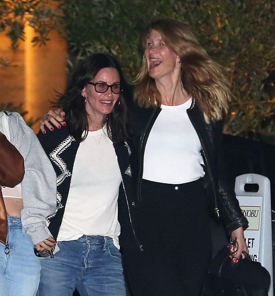 Courteney Cox a Laura Dern jsou blízké přítelkyně.