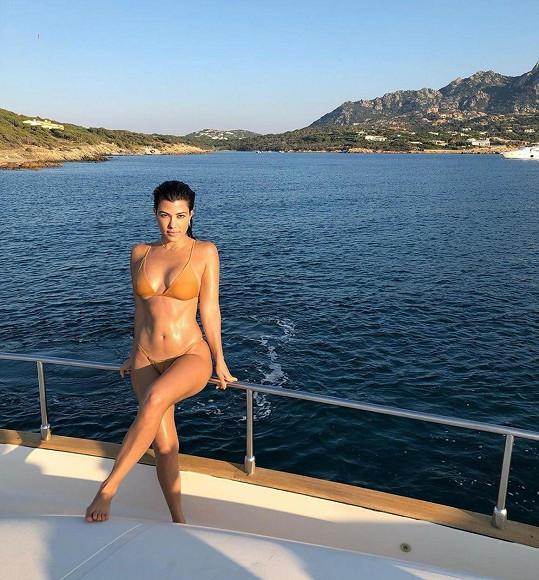 Kourtney Kardashian se pyšní skvělou figurou.