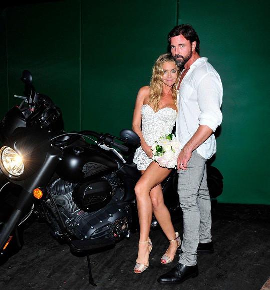 Loni na podzim si v Malibu vzala Aarona Phyperse.