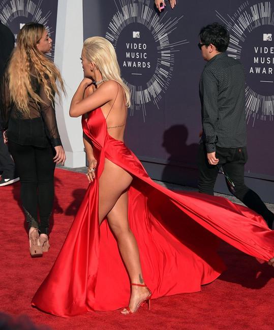Při chůzi bylo vidět, že si nevzala kalhotky.