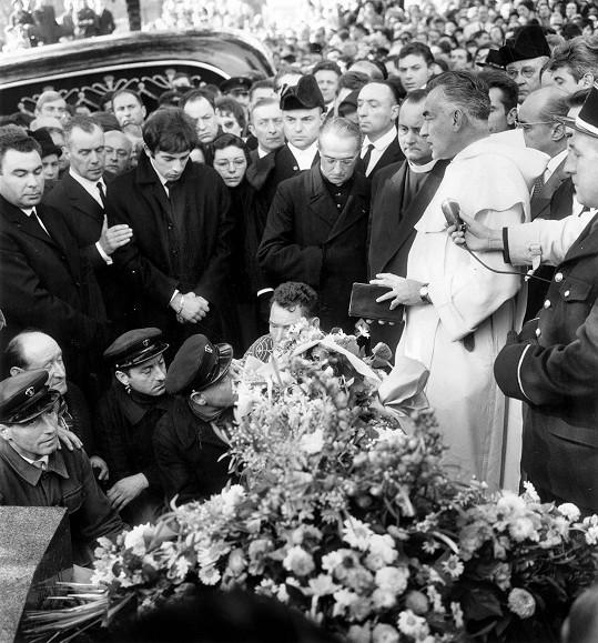 Zdrcený Théo nad hrobem své milované Edith.
