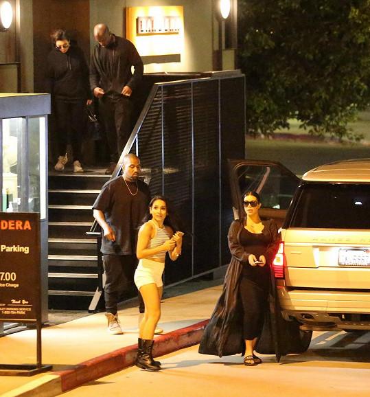 Slavné manžele doprovodili tentokrát Kris Jenner a její partner Corey Gamble.