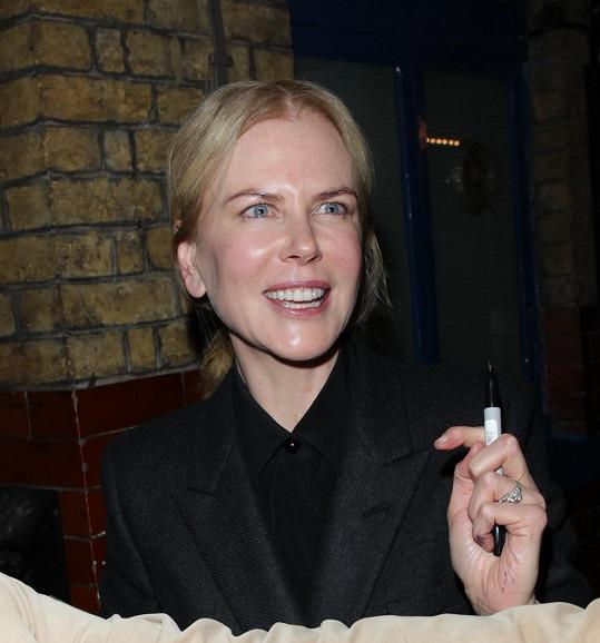 Nicole Kidman se před divadlem ochotně podepisovala všem zájemcům.