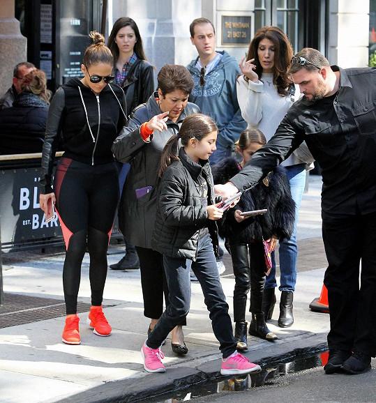 Bodyguard střeží zpěvaččiny děti jako oko v hlavě.