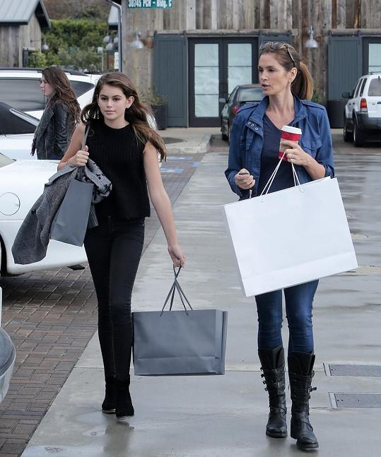 Páteční nákupy v Los Angeles slavné maminky s dcerou.