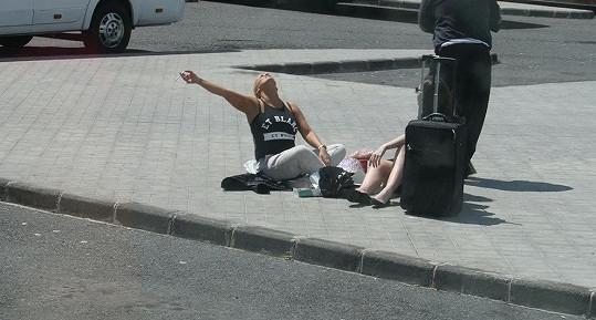 Zpěvačka se s kamarádkou po příletu na Gran Canaria posadila doprostřed chodníku.