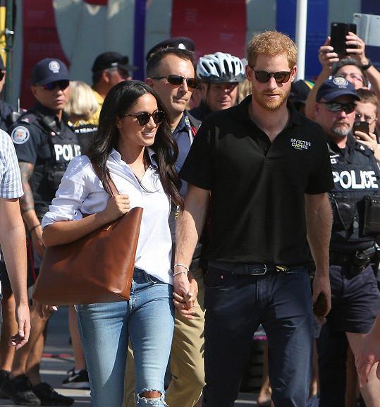 Britský princ Harry se přišel podívat na tenisový turnaj ruku v ruce se svojí přítelkyní, herečkou Meghan Markle (36).