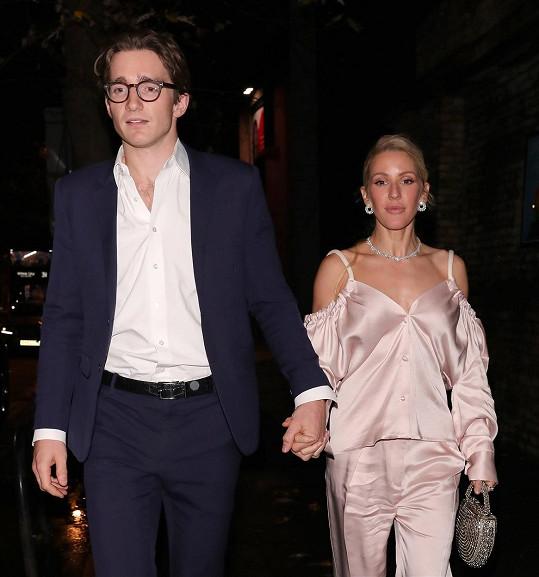 Karanténu tráví s manželem, obchodníkem s uměním Casparem Joplingem, v Oxfordshiru.