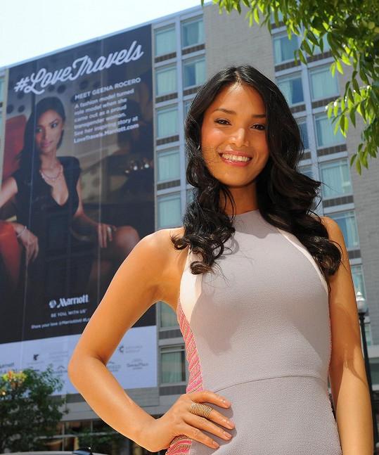 Geena u svého billboardu oslavujícího přiznané tajemství