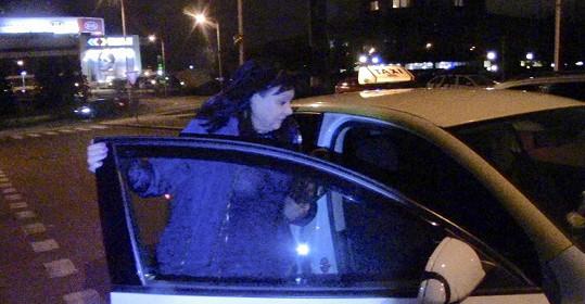 Herečka odjíždí ze služebny dopravní policie.