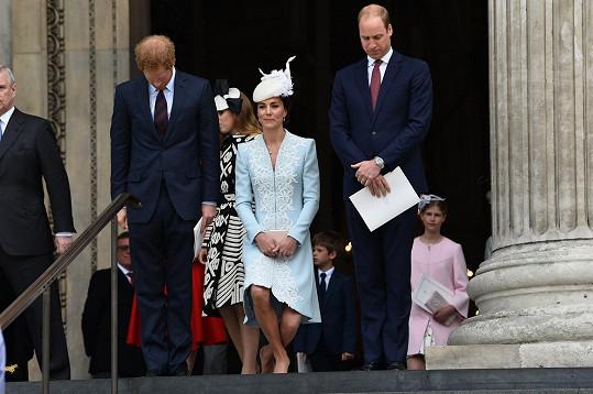 Princ William s Catherine a bratrem Harrym před Katedrálou svatého Pavla
