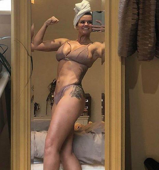 Kerry Katona motivuje fanoušky ke cvičení. Někteří ji kvůli plastikám označují za fake.