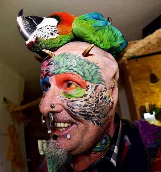S jedním ze svých papoušků