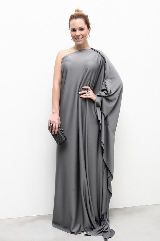 Ještě ráno si poprvé zkoušela šaty, které ji ušil za den návrhář Lukáš Macháček.