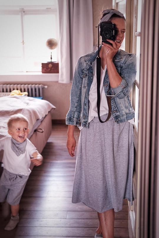 Oblečení pro dospělé ladí s tím dětským, které oblékl starší syn Tobiáš.