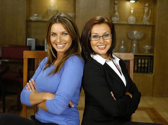 Alice Bendová jako Simona (vlevo) a Dana Morávková jako Andrea v Rodinných poutech (2004)