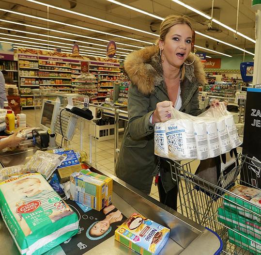 Manželka pana ministra zdatně tahala těžké potraviny.