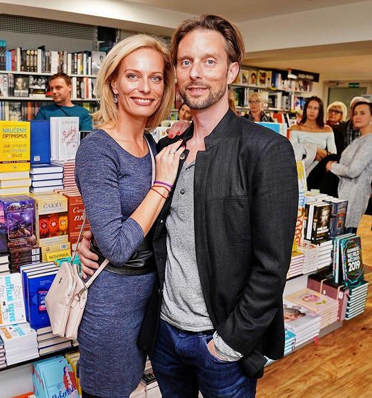 Kloubková s porotcem StarDance Václavem Kunešem vyrazila na křest knihy.