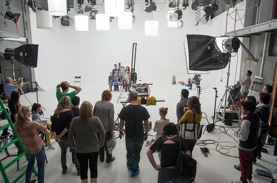Při natáčení obětavě pomáhaly desítky lidí.