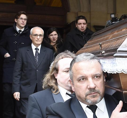 Na pohřbu nechyběli manažer Pavel Kloud a prasynovec Julien (nahoře vlevo a vpravo).