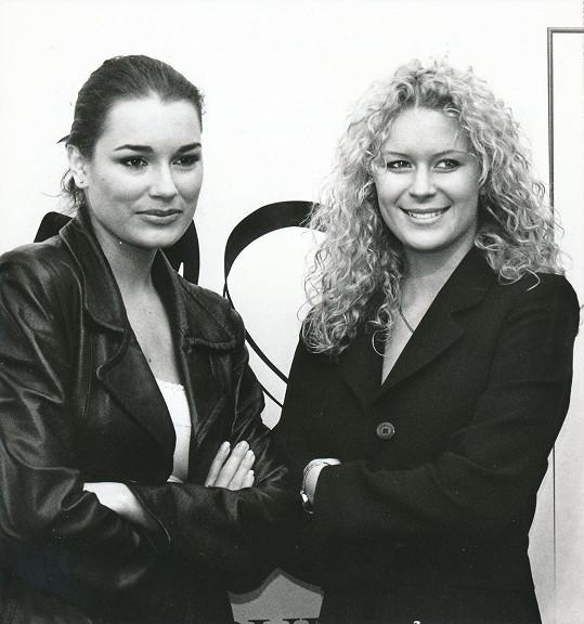 Alena Šeredová v roce 1998 s tehdejší českou královnou krásy Kateřinou Stočesovou