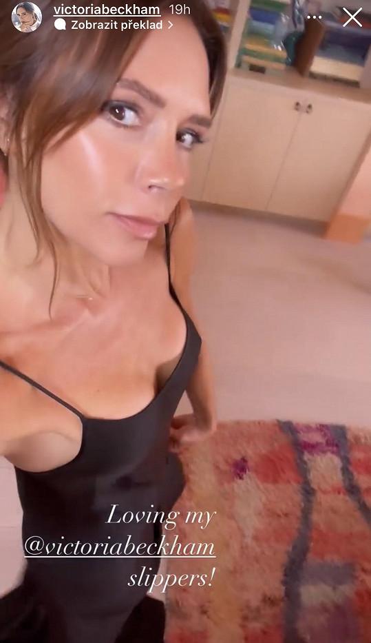 Oblékla na sebe sexy saténové šaty.