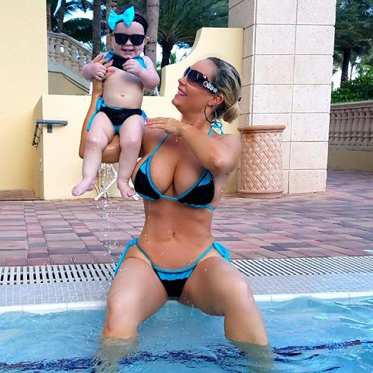 Vnadná modelka je spokojenou maminkou.