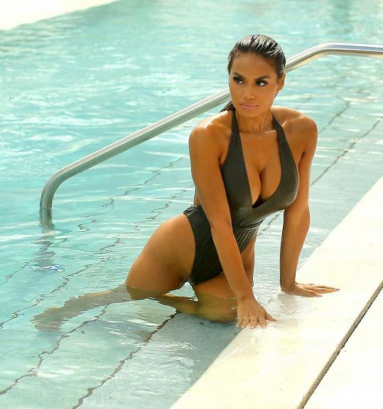 Daphne Joy v hotelovém bazénu