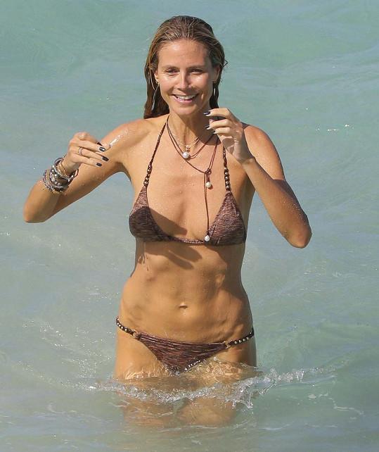 Heidi Klum má pořád perfektní postavu.