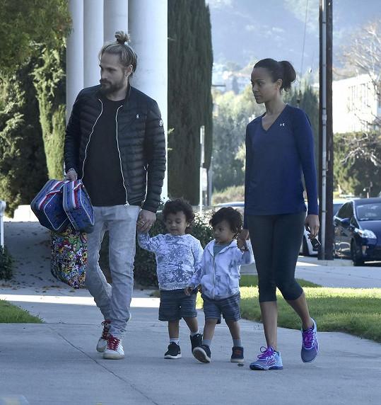 Zoe vyrazila na procházku s rodinkou. Kde je její nejmladší přírůstek?