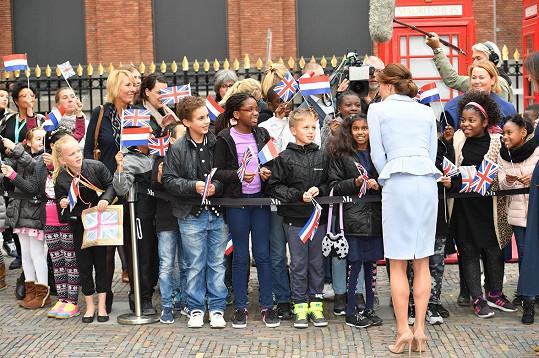 Vévodkyni vítaly děti s britskými vlaječkami.