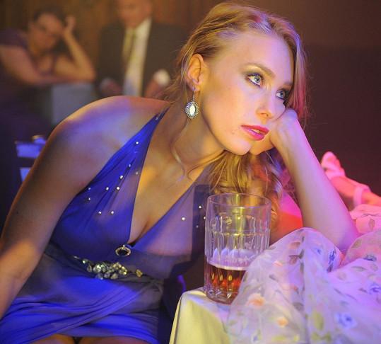 Aneta Krejčíková a její ženské přednosti v komedii Zoufalé ženy dělají zoufalé věci.