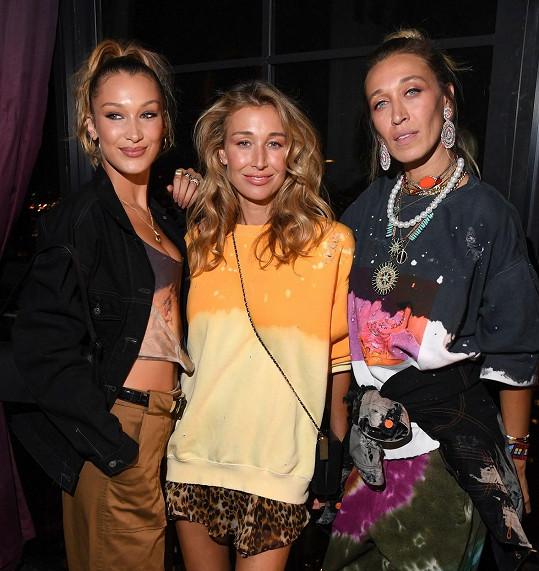 Bella Hadid (vlevo) s nevlastními sestrami Alanou (uprostřed) a Marielle