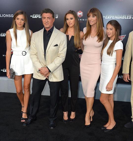 Sylvester Stallone s manželkou Jennifer Flavin a jejich třemi dcerami. Sistine stojí vlevo.