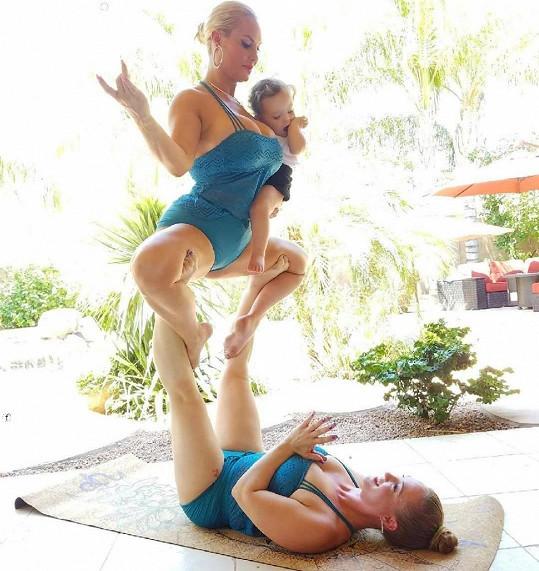 Coco při akrobatické póze se sestrou a dcerkou