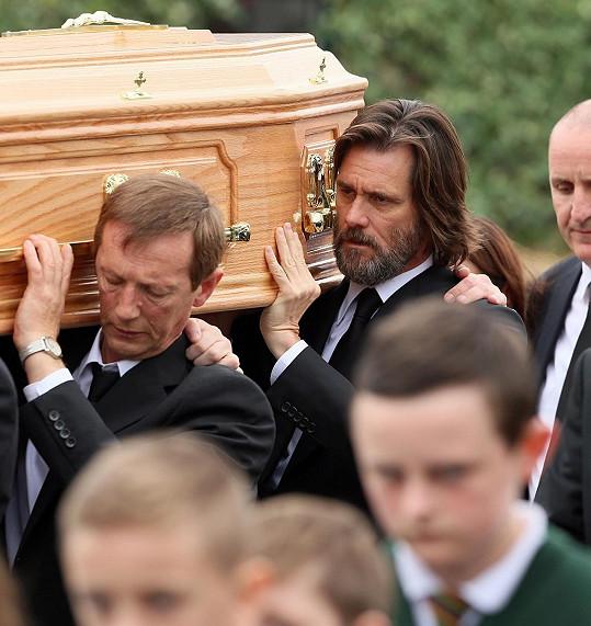Jim Carrey ve smutečním průvodu.
