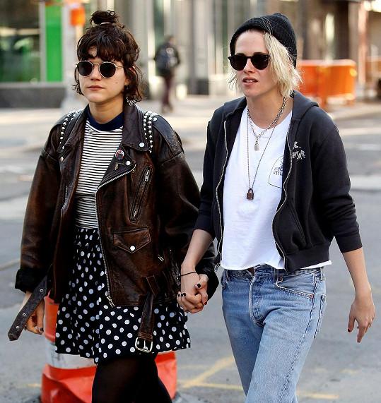 Neupravená v kalhotech bez knoflíku, taková je Kristen Stewart naživo.