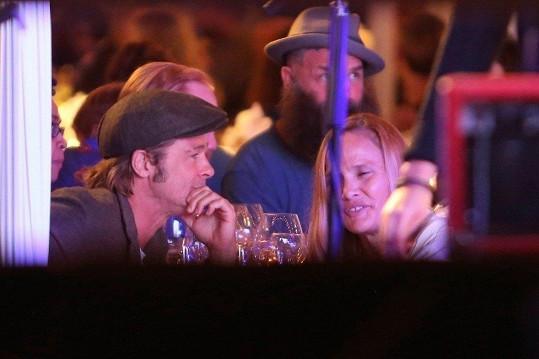 Brad Pitt na koncertě Red Hot Chili Peppers se šperkařkou a přírodní léčitelkou Sat Hari.