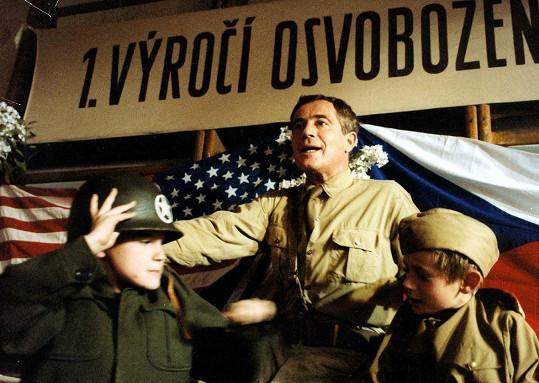 Jan Tříska coby Igor Hnízdo ve filmu Obecná škola (1991)