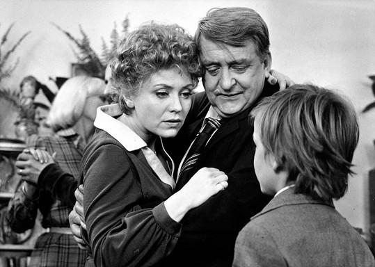 Jaroslava Obermaierová a Oldřich Velen ve filmu Smrt stopařek