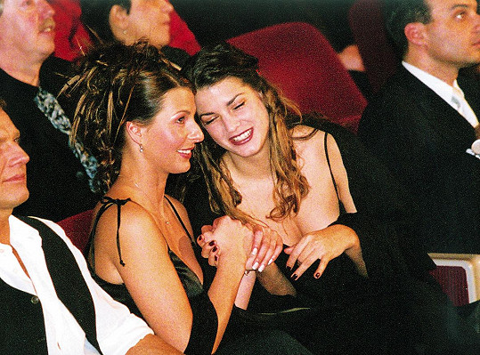 Ivana ještě s dívčím příjmením Macháčková na fotce z roku 2001. Na fotce s ní je modelka Eva Jasanovská.