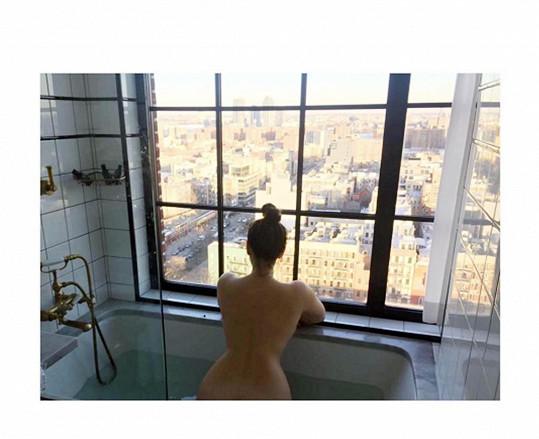 A takhle se Kelly nechala svým partnerem vyfotit během koupele...