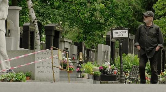 Slavný fotograf získal od fanynky rodinnou hrobku.