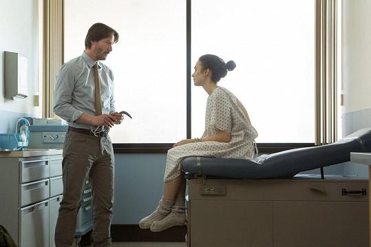 Hlavním hereckým partnerem jí zde byl v roli lékaře Keanu Reeves.