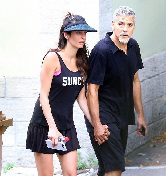 Amal Clooney a George Clooney se vydali na procházku.
