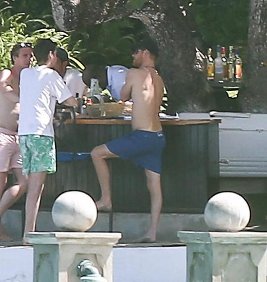 Na 'afterpárty' u plážového baru s přáteli