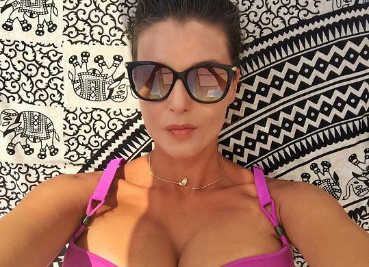 Pozornost svým poprsím Iva budila i na dovolené v Řecku.