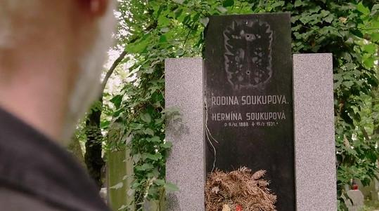 Vano se šel k hrobce na Olšanech představit.