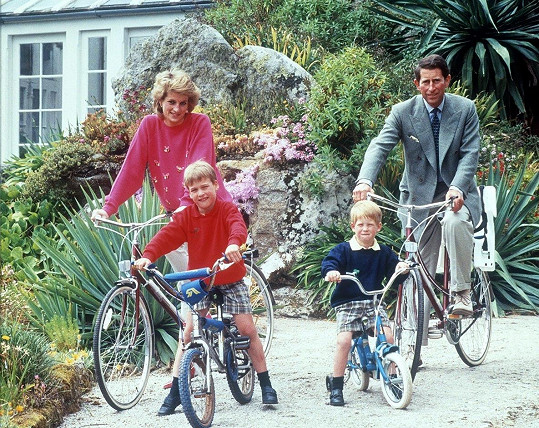 Dovolená princezny Diany s princem Charlesem a syny Williamem a Harrym na britském souostroví Scilly (1989)